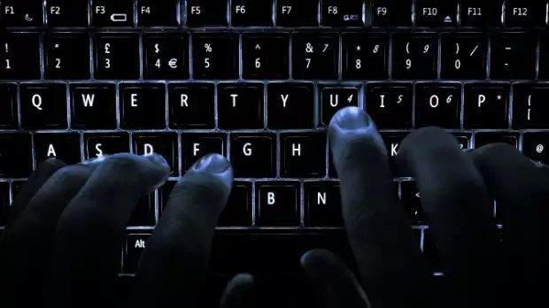Un hacker tecleando en la oscuridad