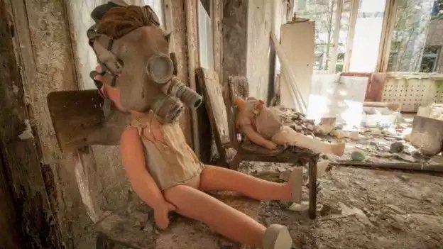 Una muñeca con máscara en Chernobyl ejemplifica el poder destructivo de un desastre nuclear como el que hubo en la ciudad ubicada en la actual Ucrania.
