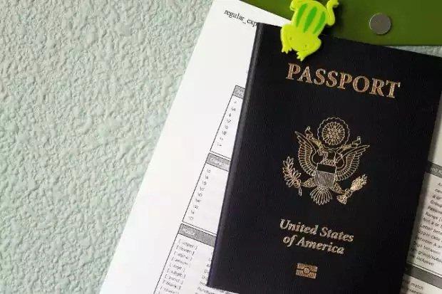 Lo de llevar documentos encima como el pasaporte podría ser pronto algo del pasado / Mike McCune editada con licencia CC 2.0