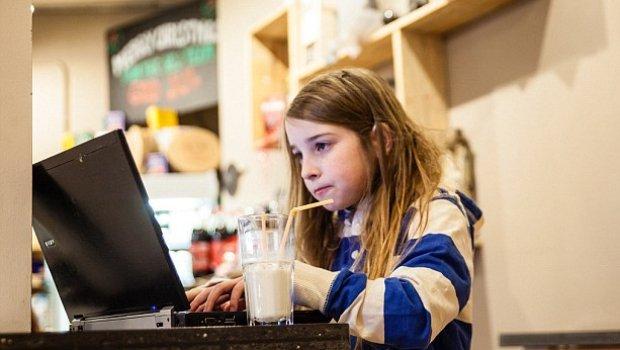 niña de 7 años que hackea una red wifi