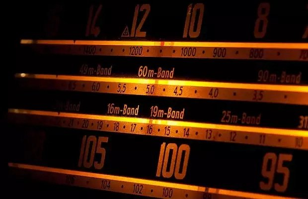Una radio FM también puede ser una herramienta de espionaje / Francis Bourgouin editada con licencia CC 2.0