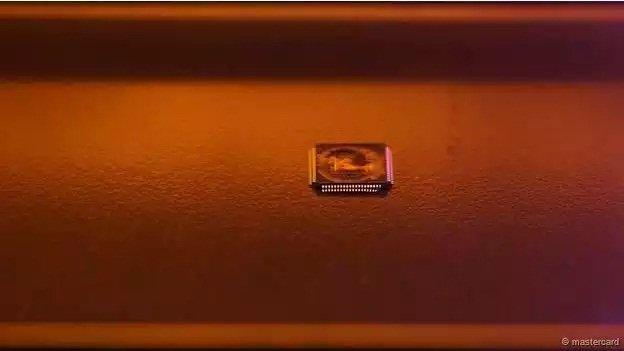 ...y después de dominen el chip, irán por la información biométrica.