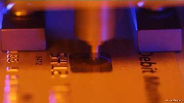 El chip está reemplazando la tira magnética. Pero no pasará mucho tiempo antes de que los delincuentes encuentren una manera de robar también con chip.