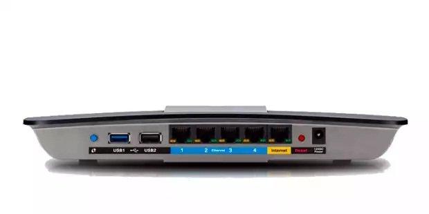 Si tienes un USB en tu router, puedes crear una unidad de red conectando un disco duro externo