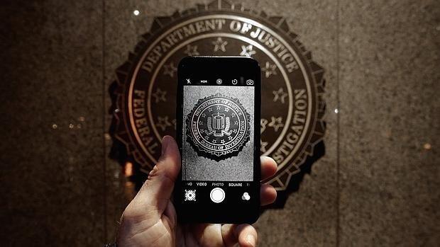 El FBI está preocupado ante la posibilidad de no poder espiar a través de WhatsApp